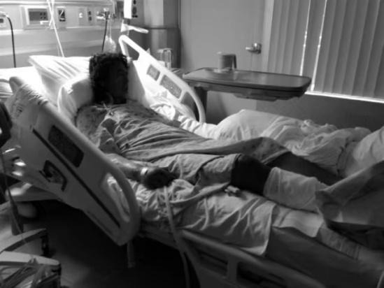 原�砀赣H一直�^得�K不好,�患上了精神分裂症,後�碛�S�榱艘��流浪�h。女孩�е�父�H去接受治��。